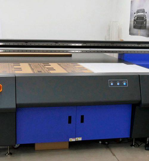 Keundo- плоскопечатна машина за UV печат- CMYK + бяло + лак върху плоскости с дебелина до 80 mm с размер на работния плот 2 х 3 метра.
